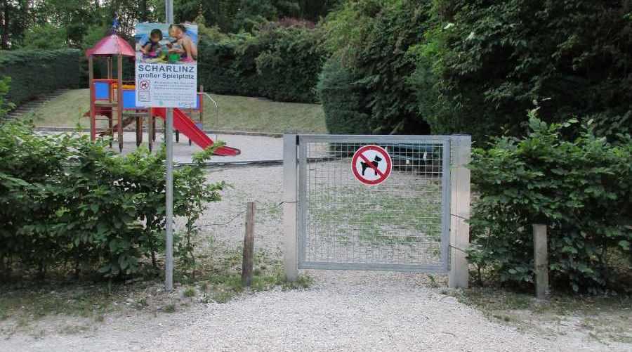 Linz, Kinderspielplatz innerhalb der Hundefreilaufzone, wirkungslose Umzäunung